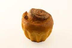 Haus des kleinen Kuchens mit Rosinen auf einem weißen Hintergrund Getrennt lizenzfreies stockfoto