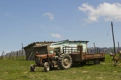Haus des ländlichen Dorfs mit einem Traktor Lizenzfreie Stockfotos