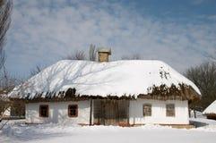 Haus des Landarbeiters unter Schnee Stockfoto
