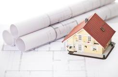 Haus des neuen Baumusters auf Architekturlichtpauseplan Stockbild