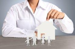 Haus des Papiers in der Hand Lizenzfreies Stockfoto
