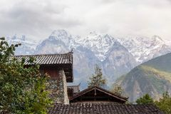 Haus des traditionellen Chinesen im Hintergrund von Schneebergen stockfotografie