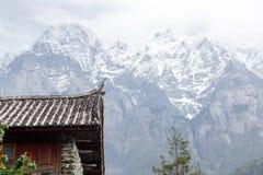 Haus des traditionellen Chinesen unter Schneeberg stockbild
