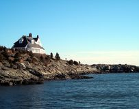 Haus durch das Ufer lizenzfreie stockfotografie