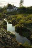 Haus durch den Nebenfluss Lizenzfreies Stockbild
