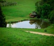 Haus durch den See stockfotos