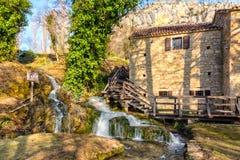 Haus durch den Wasserfall lizenzfreie stockfotos