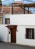 Haus durch die Straße Stockbilder
