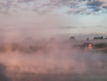 Nebel über See stockfotos