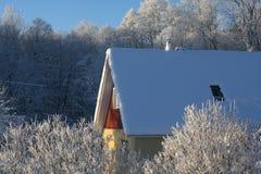 Haus an einem eisigen Wintertag Lizenzfreie Stockfotografie