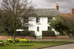 Haus in einem englischen Dorf stockfotos