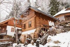 Haus in einem Wintermärchenlanddorf Stockfotos