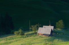 Haus in einer Reinigung in den Bergen Stockbild