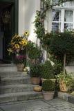 Haus-Eingang verziert mit Fall-Farbe Lizenzfreie Stockfotografie