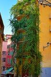 Haus eingewickelt in den gelockten Anlagen und in der schmalen Straße in Nizza auf einer Summe lizenzfreies stockbild