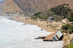 Haus fällt in Ozean nach großen Wellen Lizenzfreie Stockfotografie