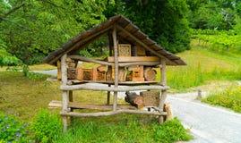 Haus für Bienen von den Baumasten Lizenzfreie Stockfotos