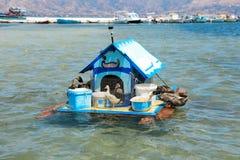 Haus für Enten auf dem Wasser in der Elafonisos-Dorfinsel, Laconia, Peloponnes, Griechenland im Juni 2018 Stockfotos