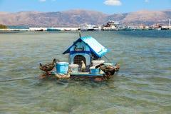 Haus für Enten auf dem Wasser in der Elafonisos-Dorfinsel, Laconia, Peloponnes, Griechenland im Juni 2018 Lizenzfreies Stockbild
