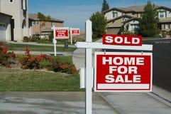 Haus für Verkaufs-Zeichen u. eins verkauft Lizenzfreie Stockbilder
