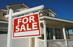 Haus für Verkaufs-Zeichen u. neues Haus Lizenzfreie Stockfotos