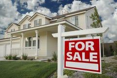 Haus für Verkaufs-Zeichen und Haus Lizenzfreies Stockbild