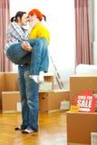 Haus für Verkaufszeichen und Kerlholdingfreundin Lizenzfreie Stockfotos