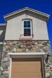 Haus-Fenster und eine Garage-Tür Stockfotografie