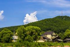 Haus am Fuß eines Berges Lizenzfreies Stockbild
