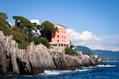 Haus gebaut auf einer Klippe in Genua Stockfotos
