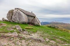Haus gebaut zwischen enormen Felsen Stockfoto