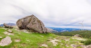 Haus gebaut zwischen enormen Felsen Lizenzfreies Stockfoto