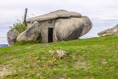 Haus gebaut zwischen enormen Felsen Stockbild