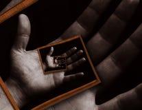 Haus gebildet vom Geld im schwarzen Hintergrund Mannhandkörperzusammenfassung Fractalmuster-Spiralenhintergrund auf dem Farbgemäl stockfotos