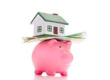 Haus, Geld und piggy Querneigung stockbild