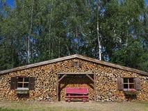 Haus gemacht vom Stapel Holz Lizenzfreie Stockbilder
