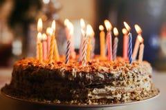 Haus gemachter Kuchen mit Kerzen Stockfotografie
