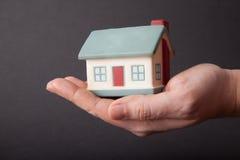 Haus an Hand lizenzfreies stockfoto