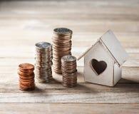 Haus-Hauptmünze stapelt Geschäft stockfotos