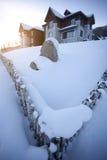 Haus herum durch Zaun im Winter Stockbilder