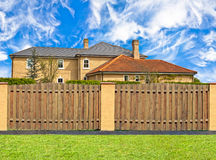 Haus hinter dem Zaun Lizenzfreie Stockbilder
