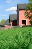 Haus hinter Gras Stockbilder