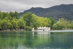 Haus im Banyoles See, Katalonien, Spanien stockbild