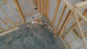 Haus im Bau mit hölzernen Bolzen für Wände stock footage