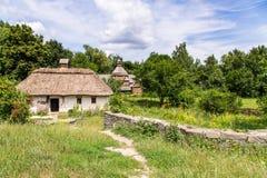 Haus im Dorf im Sommer Stockfoto