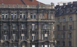 Haus im dringenden Bedürfnis der Erneuerung Wohngebäude in Budapest lizenzfreie stockbilder