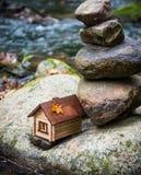 Haus im Gefahrenkonzept lizenzfreie stockfotografie