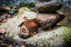 Haus im Gefahrenkonzept stockbilder