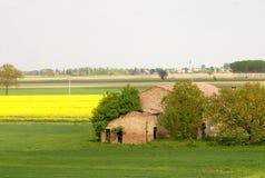 Haus im Grünen und das gelb Stockbilder