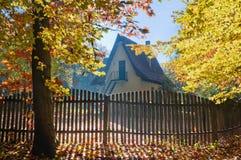 Haus im Herbstwald lizenzfreie stockfotografie